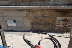 Opískování kamenné zdi před a  po